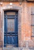 Porta di legno alta stretta blu del vecchio rustick in casa storica dentro a Fotografia Stock