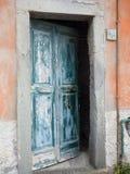 Porta di legno antica di Riomaggiore Cinque Terre weatherbeaten dalla s Fotografie Stock Libere da Diritti