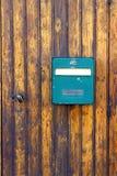 Porta di legno antica incastonata vecchia cassetta delle lettere Francia immagini stock libere da diritti