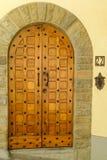 Porta di legno antica in vecchia città Fotografie Stock Libere da Diritti