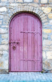 Porta di legno antica in vecchia parete di pietra Immagine Stock