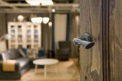 Porta di legno aperta all'interno moderno del salone Fotografie Stock Libere da Diritti