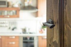 Porta di legno aperta alla cucina moderna Fotografia Stock