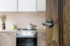 Porta di legno aperta alla cucina moderna con la pentola sulla stufa Fotografia Stock Libera da Diritti