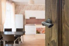 Porta di legno aperta a sala da pranzo moderna Immagini Stock