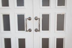 Porta di legno bianca con le maniglie del metallo Fotografia Stock Libera da Diritti