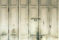 Porta di legno bianca di lerciume d'annata fotografia stock libera da diritti