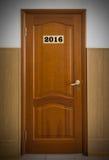 Porta di legno chiusa dell'ufficio con il numero 2016 Fotografie Stock