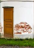 Porta di legno chiusa e facciata sbucciata Immagini Stock