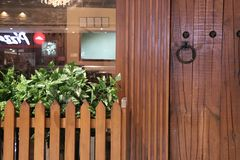 Porta di legno con i ribattini del metallo ed il colpo della porta del metallo fotografia stock