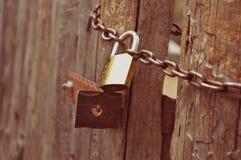 Porta di legno con il lucchetto Fotografia Stock Libera da Diritti