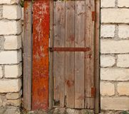 Porta di legno con il vecchio muro di mattoni della serratura di porta Immagini Stock Libere da Diritti