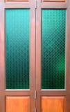 Porta di legno con il vetro tailandese della cultura nello stile classico Immagini Stock