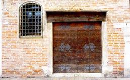 Porta di legno con la costruzione del muro di mattoni fotografie stock libere da diritti