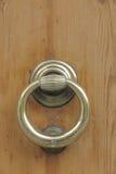 Porta di legno con la vecchia maniglia bronzea Fotografia Stock Libera da Diritti