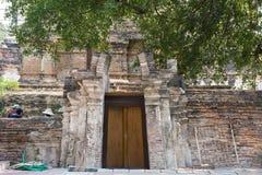 Porta di legno con un muro di mattoni rosso Fotografie Stock Libere da Diritti
