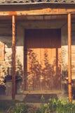 Porta di legno d'annata abbandonata del granaio Vecchia foto dell'entrata rustica della casa Fotografia Stock