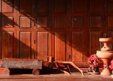 Porta di legno d'annata di stile tailandese con il terrazzo Fotografie Stock