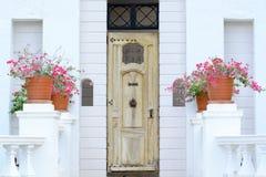 Porta di legno d'annata gialla sulla parete bianca fotografia stock libera da diritti