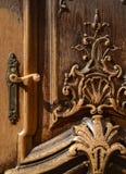 Porta di legno decorata fotografie stock libere da diritti