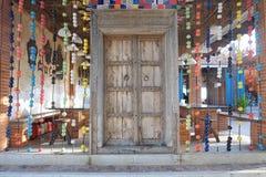 Porta di legno decorata con i colori luminosi Fotografie Stock