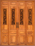 Porta di legno decorata con le sculture del legno floreali Fotografie Stock
