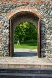 Porta di legno del castello che conduce per fare il giardinaggio fotografie stock libere da diritti