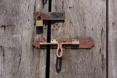 Porta di legno del primo piano con la serratura immagini stock