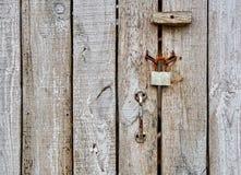 Porta di legno della barra con il lucchetto e la maniglia Fotografia Stock Libera da Diritti