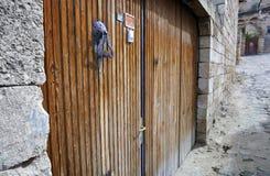 Porta di legno delle costruzioni antiche in vecchia città Fotografia Stock Libera da Diritti