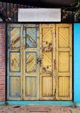 Porta di legno di lerciume giallo fotografia stock