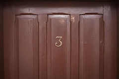 Porta di legno di numero tre fotografie stock libere da diritti