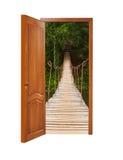 Porta di legno di Unclosed con un genere sul ponte sospeso di legno Fotografia Stock