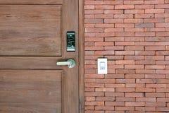 Porta di legno e serratura elettronica con il muro di mattoni Fotografie Stock Libere da Diritti
