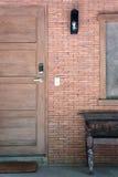 Porta di legno e serratura elettronica con il muro di mattoni Fotografia Stock