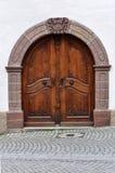 Porta di legno incurvata di vecchia costruzione di pietra Immagini Stock