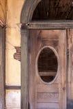 Porta di legno invecchiata con la finestra ovale Immagine Stock Libera da Diritti