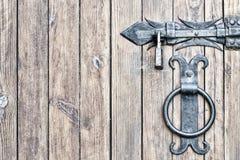 Porta di legno, primo piano Maniglia e serratura del metallo Immagini Stock