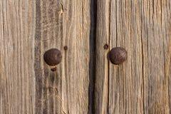 Porta di legno di raggiro arrugginito delle prese Immagini Stock Libere da Diritti