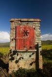 Porta di legno rossa caratteristica sul muro di mattoni Immagine Stock Libera da Diritti