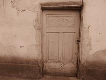 Porta di legno rotta isoleted molto vecchia della casa nel colore di seppia immagine stock libera da diritti