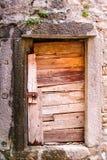 Porta di legno di legno rustica molto vecchia della porta/A in una casa di paese del terzo mondo rurale Immagine Stock