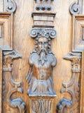 Porta di legno scolpita con gli elementi impressi fotografia stock