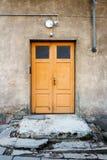 Porta di legno su una parete fotografia stock libera da diritti