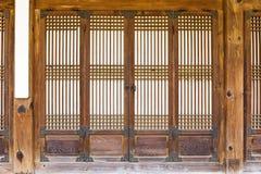 Porta di legno tradizionale fotografia stock libera da diritti