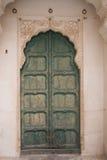 Porta di legno tradizionale con bordi decorati del lavoro in pietra Immagini Stock