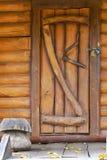 Porta di legno in una vecchia casa Immagini Stock