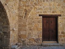 Porta di legno in una vecchia costruzione antica, vecchia città, stile Mediterraneo Fotografia Stock Libera da Diritti