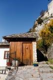 Porta di legno in vecchia casa di pietra Fotografia Stock Libera da Diritti