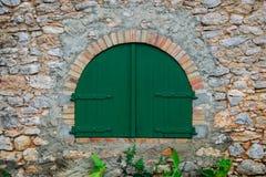 Porta di legno verde nella vecchia casa rurale spagnola immagini stock